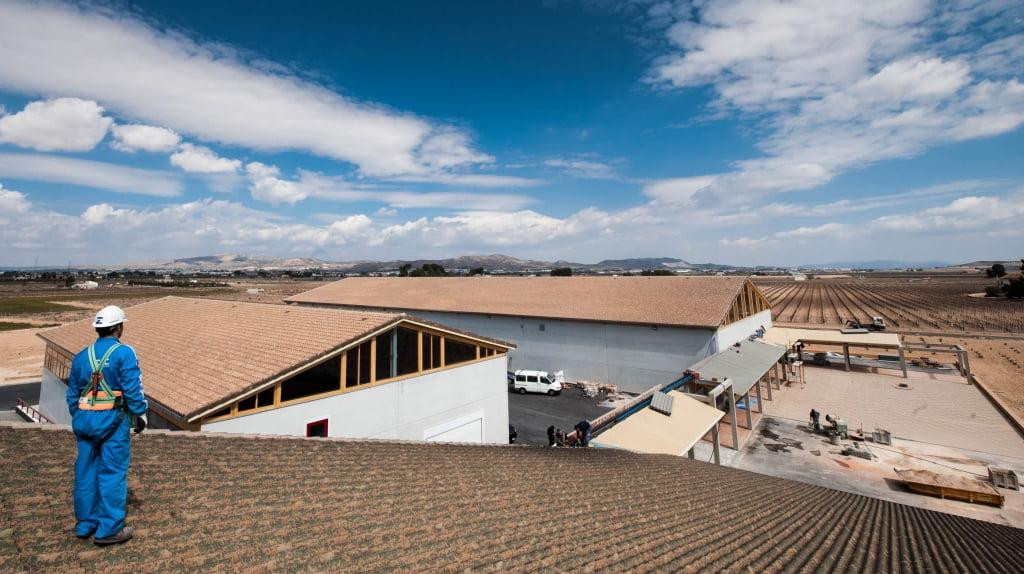 Panoramica conjunto de 3000 m2 de cubiertas de teja cerámica en Bodegas Barahonda construidas por MAZA Grupo